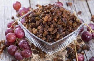 Изюм получается в процессе сушки винограда.